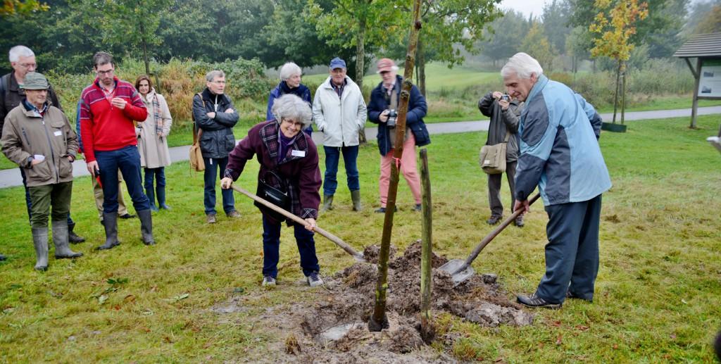 Herdenkingsboom planten voor Theo Janson (17).jpg verkleind